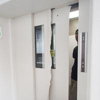 エレベーター:ダイノックシート施工中